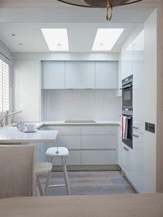 cuisine en U blanche de style minimaliste avec fenêtre et tablette lunch