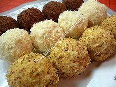 Конфеты из творога можно приготовить за 15 минут. В их составе творог, печенье и масло. Похожи на маленькие пирожные из творога, по вкусу - творожные сырки.