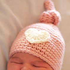 Newborn knot hat. Download this free pattern at allcrochetpatterns.net