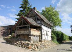 In Zuid-Limburg zie je nog wel bakhuizen zoals deze in Bommerig, maar ze zijn wel vaak in verval, zoals ook deze.