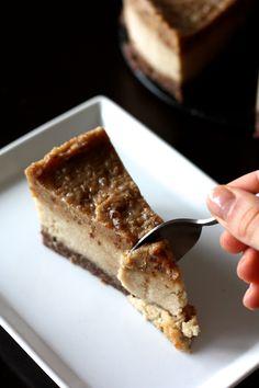 Vegan and GF almond and caramel cheesecake (no bake) http://blogs.cotemaison.fr/cuisine-en-scene/2014/03/06/cheesecake-vegan-aux-amandes-et-au-caramel-sans-cuisson/