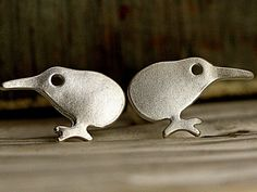 Mini Kiwi Ohrstecker versilbert Passend zu unseren beliebten neuen Kiwi Ketten auf echten Blättern haben wir jetzt süße Mini Kiwis als Ohrstecker gemacht.   Die kleinen Vögel sind versilbert.