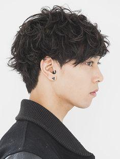 黒髪のままでお洒落な髪型にしたいのであれば、パーマにチャレンジしましょう。パーマは弱めにかけるだけでも全体の雰囲気がガラッと変わります。この記事では黒髪パーマのヘアスタイルと、おすすめのスタイリング剤をご紹介します。 (7ページ目)