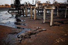 Un soldat mort, baignant dans une mare de pétrole à la frontière entre le Soudan du Sud et le Soudan. Cette photo, prise le 17 avril a remporté le 3e prix dans la catégorie «General News Singles».  Image: Dominic Nahr, Suisse, Magnum Photos for Time magazine
