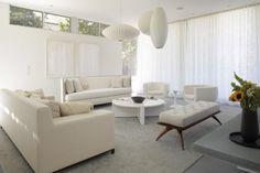 des canapés en cuir blanc et une petite table de café blanche