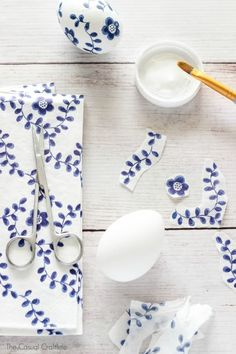 Blue and White Paper Napkin Eggs - give a porcelain china look to Easter eggs by decoupaging paper napkins to craft eggs. So easy and will last. eggs decoupage Blue and White Paper Napkin Eggs Easter Egg Crafts, Easter Eggs, Easter Table, Easter Party, Diy Osterschmuck, Paper Napkins For Decoupage, Decoupage Table, Easter Egg Designs, Diy Ostern