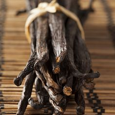 CONSERVER LES GOUSSES DE VANILLE   Les gousses de vanille sont des produits qui demandent beaucoup d'attention, pour l'achat comme pour la conservation. Les meilleures doivent être moelleuses donc pour ne pas les abîmer, placez-les dans un bocal hermétique, recouvrez-les d'un peu de rhum et retournez le bocal régulièrement. Si vous n'aimez pas le rhum, remplacez-le par 1  bonne c à s de sucre cristallisé. Au bout  quelques jours, un liquide va se former, permettant au gousse de  pas sécher