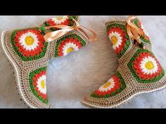 Motifli ev botu yapılışı hanımlarımız için en şık ev botu yapılışı ile karşınızdayız. Ev gezmelerinin vazgeçilmezi olan ev ayakkabılarına yakışan bir model Crochet Chart, Crochet Granny, Knit Crochet, Knitting Stiches, Baby Knitting Patterns, Crochet Shoes, Crochet Slippers, Granny Square Slippers, Crochet Videos