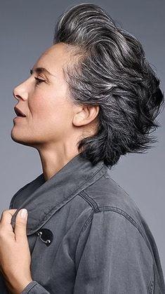 New hair grey silver aging gracefully Ideas Short Grey Hair, Short Hair Cuts, Short Hairstyles For Women, Trendy Hairstyles, Silver Grey Hair, Gray Hair, Super Hair, Aging Gracefully, New Hair