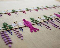 一直線のラインに藤棚が刺繍され、鳥とちょうちょがアレンジされています。高貴な雰囲気の紫の糸と藤棚というモチーフがどことなく和風な面持ちを見せてくれます。