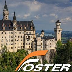 """Siete semanas tras la muerte del rey Luis II en 1886 se abrió al público el Castillo de Neuschwanstein. El rey, de carácter retraído, había construido el castillo para poder alejarse de la vida pública – lo que en su día fuera su refugio se ha convertido en un lugar principal de atracción para el público. Neuschwanstein es hoy uno de los castillos más visitados de Europa. """"el castillo del rey de cuento de hadas"""". — en Alemania"""