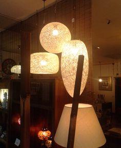 Lámparas de techo en nuestra tienda de Madrid. Hechas en fibra natural puedes combinar distintas formas en el salón.