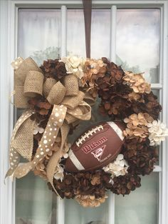 Fußball-fallender Leinwand-Kranz - Fußball, You are in the right place about DIY Wreath decor Here we offer you the most beautiful pictures about the DIY Wrea Football Crafts, Football Wreath, Football Decor, Fall Football, Football Season, Wreath Crafts, Diy Wreath, Tulle Wreath, Burlap Wreaths