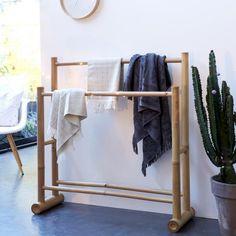 Gartendusche Balyss Bambus Handtuchhalter - - Tikamoon Online Florists - Why The Popularity? Bamboo Art, Bamboo Crafts, Bamboo Ideas, Bamboo Shelf, Bamboo Furniture, Home Furniture, Furniture Design, Bamboo House Design, Bamboo Building