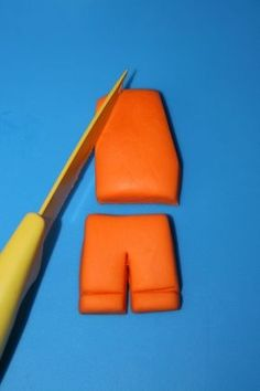 How to Make Emmet Figurine Topper from Lego Movie • CakeJournal.com
