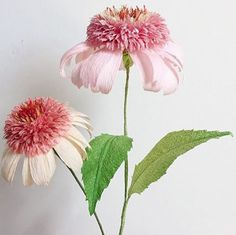 This artist makes beautiful paper flowers from crepe paper. Crepe Paper Flowers Tutorial, Tissue Paper Flowers, Paper Roses, Fake Flowers, Diy Flowers, Fabric Flowers, Paper Plants, Paper Crafts Origami, Paper Crafting
