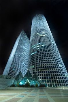 The Shalom Towers in Tel Aviv. Tel Aviv is a culture lovers' dream! Click on the image to read all about Israeli and Tel Avivi culture from TheCultureTrip.com (image via voydepuente)