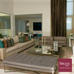 #BretonProfissionais - O divã Rhodes adicionou ainda mais glamour à sala de tons neutros planejada por Fabiano Monte Pires em uma residência de 1.500 m² de um jovem casal de empresários.