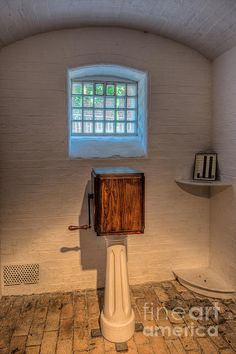 As a form of work or punishment prisoners were made to turn the handle of a handcrank - a totally repetitive and meaningless exercise. Adults had to turn up to 14,480 revolutions a day (1,800 turns an hour) and juveniles 12,000 revolutions a day (1,500 turns an hour - about one turn every 2 1/2 seconds).