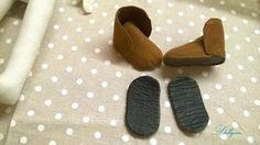 Опишу процесс создания обувки для кукол. Знаю, что готовые выкройки нужно подгонять под ножку. А у всех кукол текстильных, даже по одной выкройке получаются ножки разные. Метод довольно простой. Нам понадобится: кожа или толстый картон для подошвы; дублерин или плотная ткань для стельки и уплотнения деталей выкройки; клей прозрачный; замша, кожа или плотная ткань для верхней части обуви; шнурки…