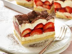 strawberry tiramisu Strawberry Tiramisu, Tiramisu Recipe, Healthy Protein, Wedding Desserts, Kefir, Food Items, Deserts, Food And Drink, Sweets