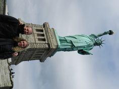 Jag och min dotter inspekterar frihetsgudinnan i NYC.