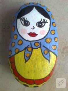 Şekli kurşun kalemle taşın üzerine hafifçe çizip akrilik boyayla boyadım. Kuruduktan sonra vernikledim ve bu sevimli matruşka taşlarım oldu.