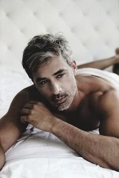 What are the coolest haircuts for older men? In this post you will find the images of Cool Hairstyles for Older Men that can be inspiring. For all the men. Silver Foxes Men, Silver Man, Hot Men, Hot Guys, Look 2015, Men With Grey Hair, Le Male, Hommes Sexy, Brazilian Models