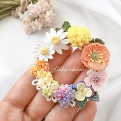 いいね!2,104件、コメント50件 ― yukinohana(@yukinohana_in)のInstagramアカウント: 「色合いとバランスを考えながら合わせていくのが楽しいです。 リースブローチ〜春花〜  #アクセサリー #ブローチ #リースブローチ #かぎ針編み #クロッシェ #レース糸 #春  #accessory…」 Crochet Ball, Crochet Fabric, Crochet Gifts, Knit Crochet, Crochet Jewelry Patterns, Crochet Hair Accessories, Crochet Hair Styles, Crochet Bouquet, Crochet Brooch