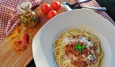 Íme a tökéletes rántott csirke receptje: a megszokott hozzávalókon kívül kell hozzá egy kis fizika is | szmo.hu Homemade Spaghetti Meat Sauce, Spaghetti Sauce, Keto Recipes, Cooking Recipes, Healthy Recipes, Pasta Alla Norma, Sauce Pour Porc, Spaghetti Bolognaise, Cheap Meals
