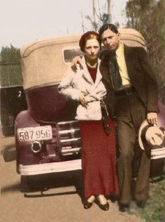 Bonnie Parker and Clyde Barrow were two famous and celebrated bank robbers during the Great Depression. They met in Dallas, Texas and were eventually shot down by law enforcement after a long crime spree. Bonnie Parker, Bonnie Y Clyde, Bonnie And Clyde Photos, Louisiana, Gangsters, Old Pictures, Old Photos, Vintage Photographs, Vintage Photos