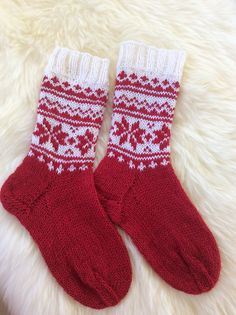 """DROPS Christmas: Knitted DROPS socks with Norwegian pattern in """"Karisma"""""""