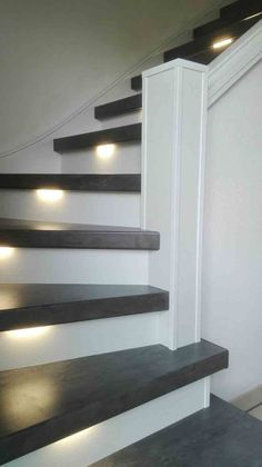 Wat een prachtige betonlook overzettreden zijn er gebruikt bij de renovatie van deze trap. Prachtig gecombineerd met ledverlichting. Staircase Railings, Staircase Design, Stair Treads, Stairways, Style At Home, Stair Renovation, Stair Makeover, Stair Lighting, Painted Stairs