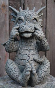 Gartenfigur Drache sitzend zieht Grimasse Figur Frostfest NEU | eBay