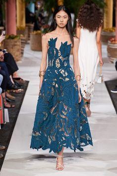 The complete Oscar de la Renta Spring 2020 Ready-to-Wear fashion show now on Vogue Runway. 2020 Fashion Trends, Fashion 2020, New York Fashion, Runway Fashion, Fashion Kids, Look Fashion, Spring Fashion, Fashion Show, Classy Fashion