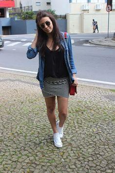 Nanda Pezzi - Camisa jeans, saia listrada e All Star com salto