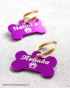 Fialové psí známky pro Nelinku s rytím jména, tlapky a tel. čísla s adresou