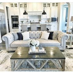 Nothing like a tufted couch! By @mytexashouse