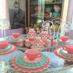 💗Pretty in Pink Lefton Poodles and Hazel Atlas Crinoline dishes💗 such a lovely collection from 💕💕💕 . Vintage Kitchenware, Vintage Dishes, Vintage Glassware, Vintage Tea, Vintage Pyrex, Vintage Sweets, Vintage Pink, Pyrex Display, Pink Poodle