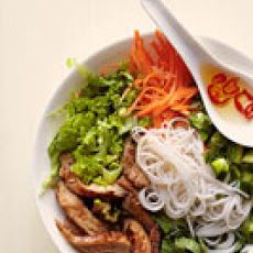 Vietnamese Noodle Bowl with Glazed Pork – very tasty. There are A LOT of vegetables + not a lot of meat, so be prepared for that. The dressing is good, but has a strong lime flavor, so use sparingly, but it does help to tie all the flavors together. Pork Recipes, Asian Recipes, Cooking Recipes, Ethnic Recipes, Asian Foods, Budget Recipes, Noodle Recipes, Healthy Snacks, Gastronomia