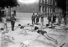 Leçon de natation. La brasse. France, 1942.