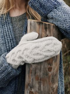 These generous cabled mittens from Novita Alpaca Wool are a warm comfort in the winter. Norwegian Knitting, Knitted Gloves, Alpaca Wool, Cable Knit, Mittens, Diy Crafts, Sewing, Pattern, How To Make