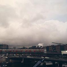 Das Wetter gestern hatte schon etwas von Weltuntergangsstimmung ☔️ #ninosy #hamburg #hh #welovehh #igers_hamburg #sky #skyporn #clouds #city #photography #germanblogger #blogger #blogger_hh #blogger_de