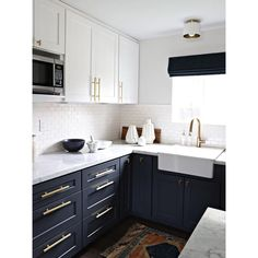35 trendy kitchen colors with white cabinets backsplash dark - Kitchen Cabinet Ideas Best Kitchen Cabinets, Painting Kitchen Cabinets, Kitchen Cabinet Design, Kitchen Paint, New Kitchen, Kitchen Decor, Kitchen Ideas, Kitchen White, Awesome Kitchen