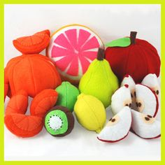 Super cute assortment of felt food fruit (love the details, especially the apple seeds).