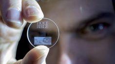 Armazenamento óptico de dados coloca 360 TB em um disco de quartzo para sempre - Quer ter certeza de que seu backup vai durar para sempre? Então o melhor a fazer é usar uma técnica de luz laser para armazenar 360 terabytes de informação em quartzo nanoestruturado por até 14 bilhões de anos.  Desenvolvida por pesquisadores da Universidade de Southampton, no Reino Unido, a técnica usa um pulso de laser de femtossegundo para escrever dados em uma estrutura 3D de quartzo