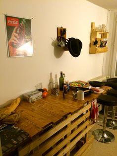 Table haute en palette, le dessus à été vernis en trois couche, voici notre cuisine/Palets high table facile à faire/easy to do, the top of the table have been varnished 3 times after for our kitchen