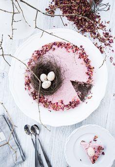 (Raspberry mousse cake with chocolate and licorice bottom à la Paleo, LCHF & vegan)  Glad påsk alla! Vad ska ni hitta på idag? Ska ni kanske träffa släkten? Eller är du en sådan som hellre reser…