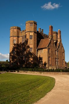 Kenilworth Castle is located in the town of the same name in Warwickshire, England.