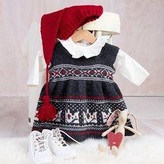 Strikk Krone-stakken fra Bluum med nisselue til jul! Garnpakken inneholder alt garnet og oppskriften du trenger for å strikke Krone-stakken og nisseluen. Plaggene er strikket i Pure Eco Baby Wool fra Dale Garn. Modellen på bilde er strikket i fargen koks melert med natur og rubinrød i mønsteret, du får den også med rubinrød som bunnfarge. Nisseluen strikkes i fargen rubinrød. Strikkepinner 2.5 og 3. Trenger du strikkepinner? Bestill i tillegg her. The post Bluum strikkekjole – Krone-stakke
